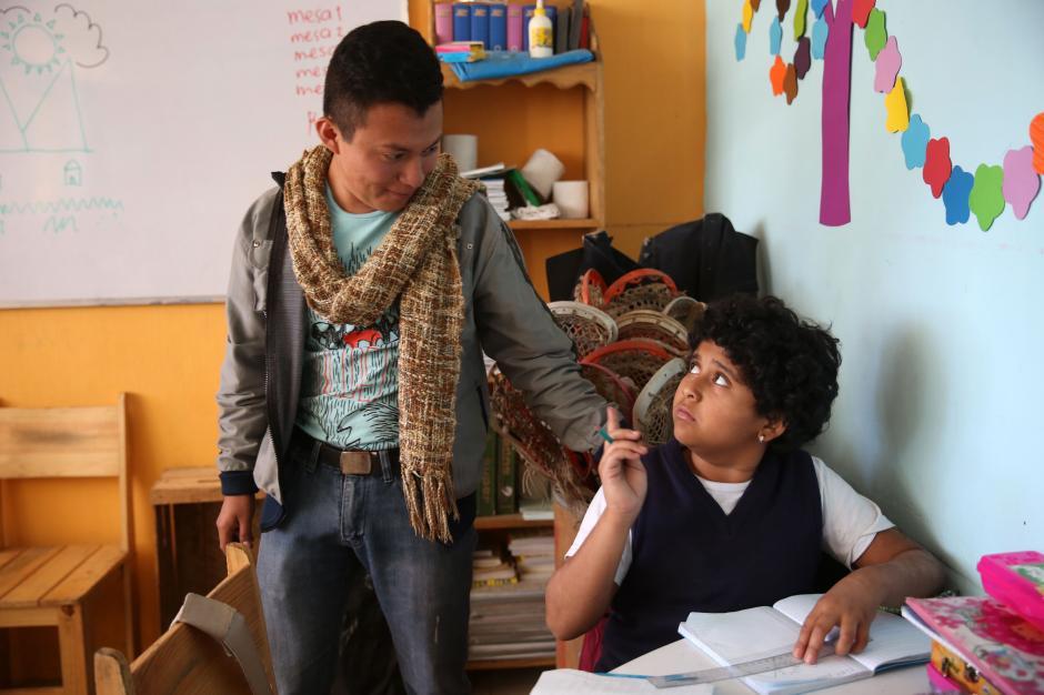 """Un grupo de niños recibiendo clase en la asociación """"Guatemaltecos Extraordinarios"""". (Foto: Esteban Biba/EFE)"""