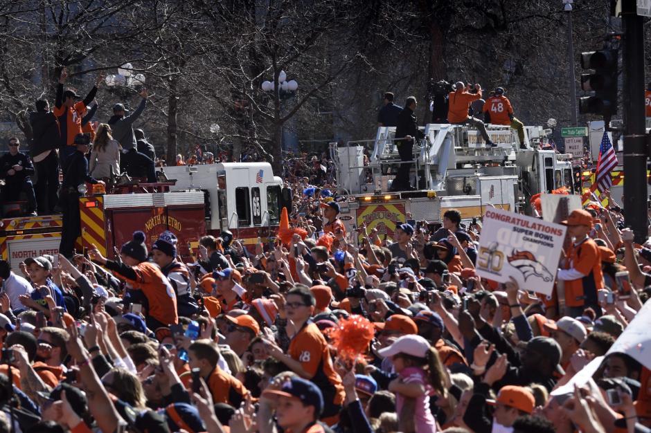 Miles de aficionados ovacionaron a los jugadores de los Broncos de Denver tras ganar el Super Bowl 50. (Foto: EFE)
