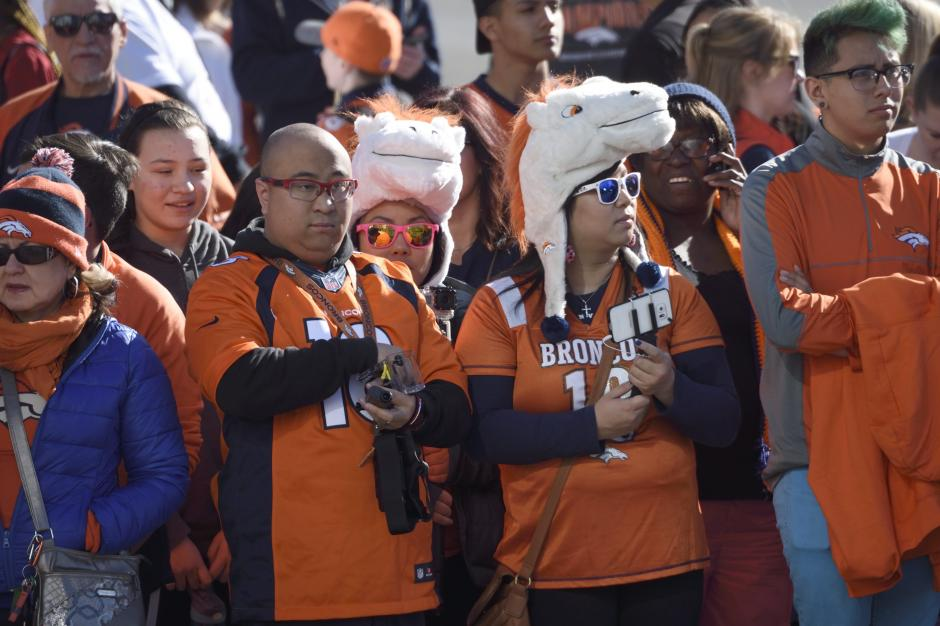 Aficionados de Broncos participan en el desfile de celebración del equipo tras ganar el Super Bowl 50. (Foto: EFE)