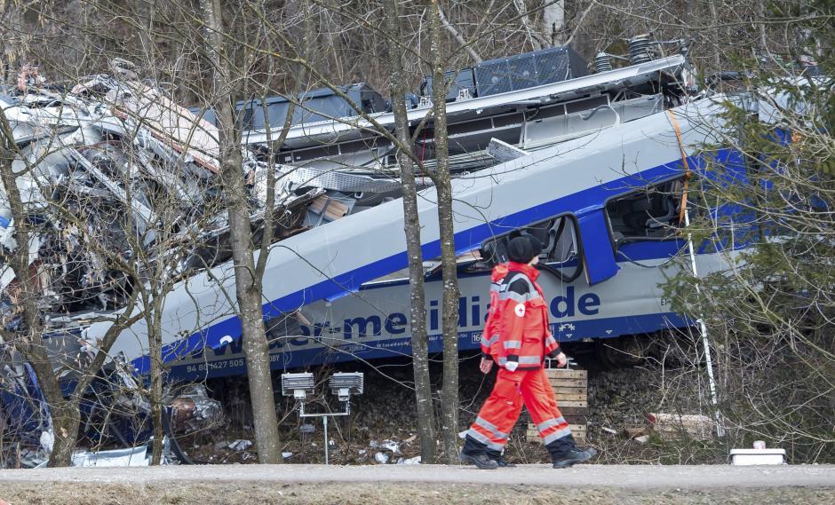 Miembros de los servicios de emergencia trabajaron en el lugar donde se produjo el choque. (Foto: EFE)