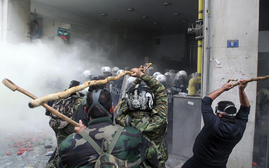 Varios manifestantes se enfrentan a los policías antidisturbios durante una protesta. (Foto EFE)