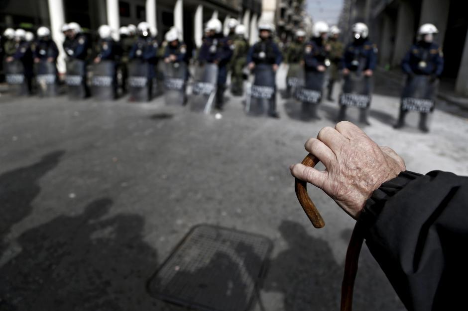 Varios manifestantes se enfrentan a los policías antidisturbios. (Foto: EFE)
