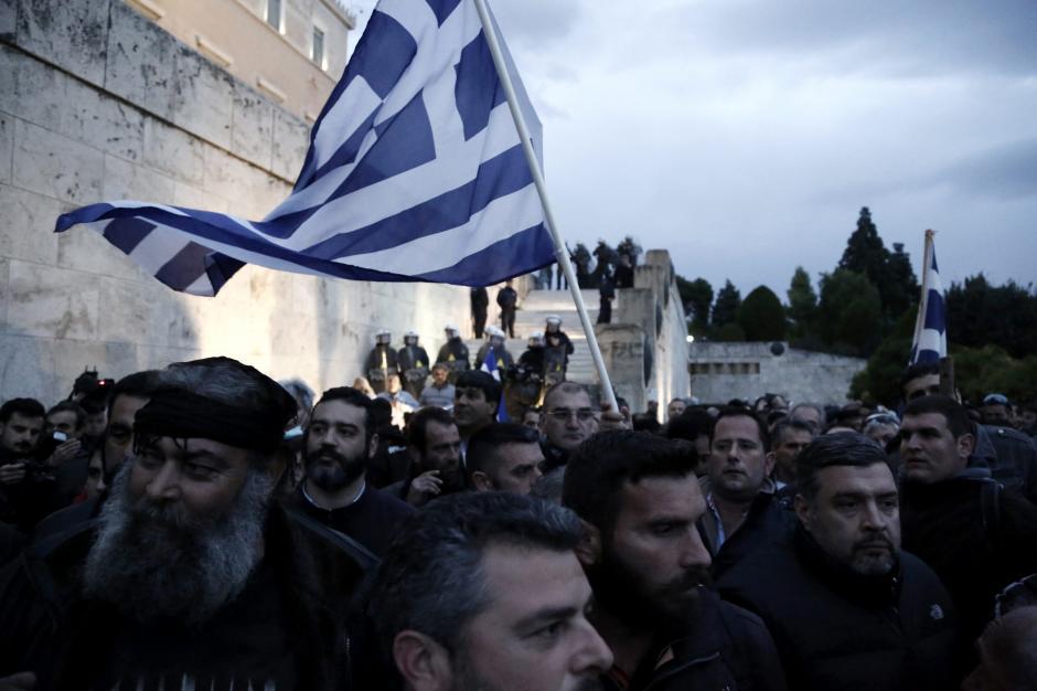 Cientos de manifestantes participan en una protesta en Atenas. (Foto: EFE)