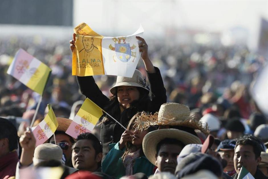 En el Centro de Estudios Superiores en el municipio mexicano de Ecatepec, donde se han reunido unas 300 mil personas. (Foto: EFE)
