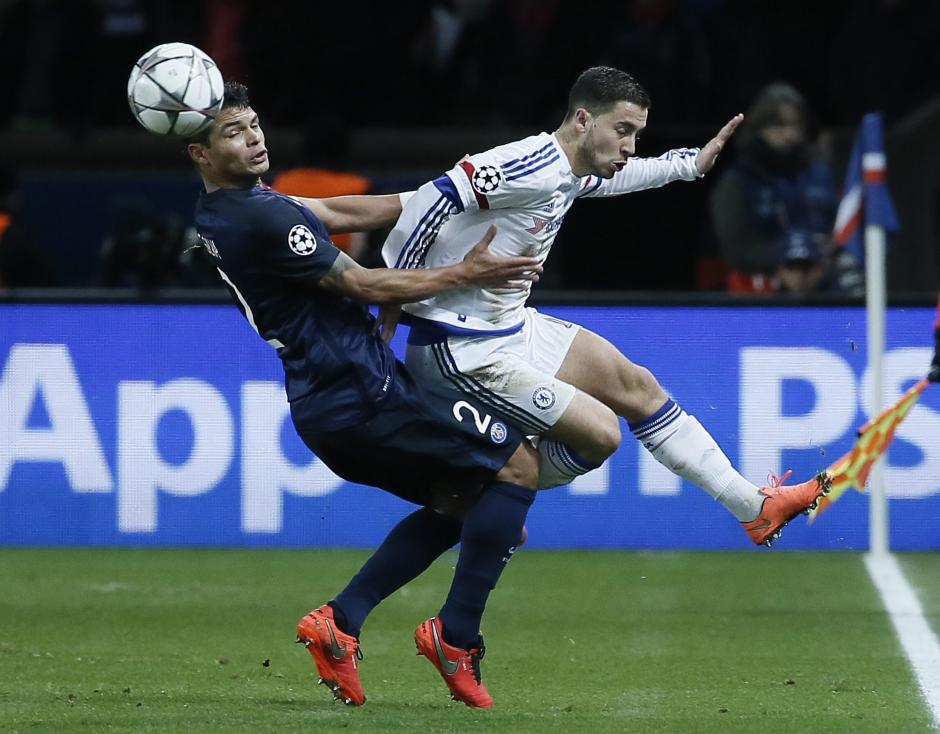 Thiago Silva disputa el balón con un jugador de Chelsea. (Foto: EFE)