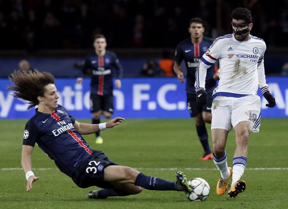 David Luiz se barre a los pies de Diego Costa. (Foto: EFE)