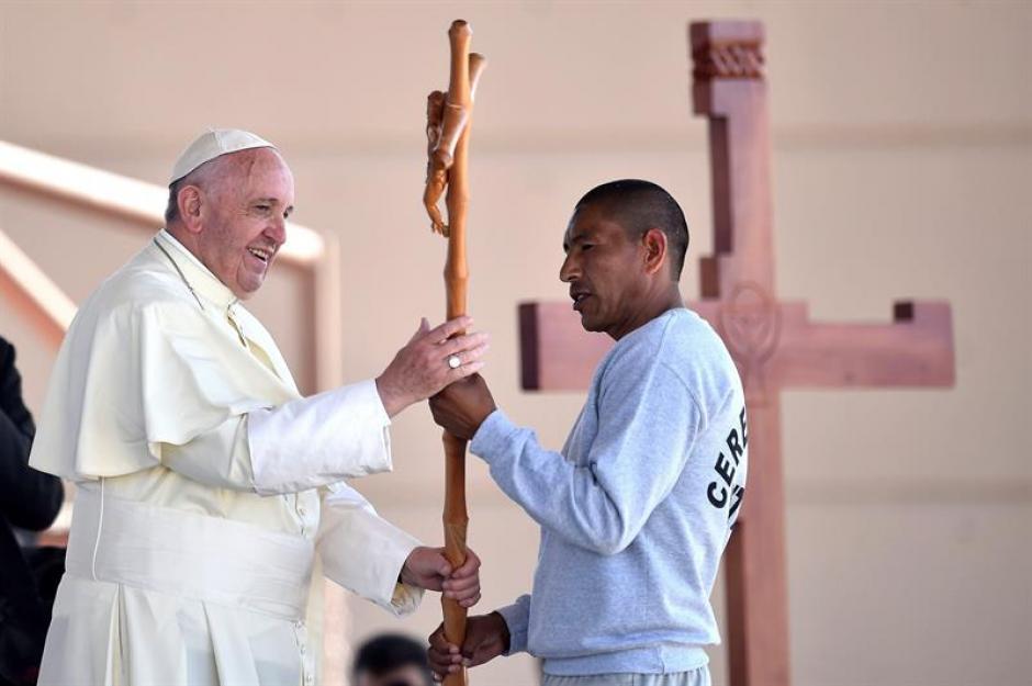 El papa Francisco recibe una cruz de uno de los presos durante su visita al interior del Centro Penitenciario (CeReSo n3) de Ciudad Juárez. (Foto: EFE)