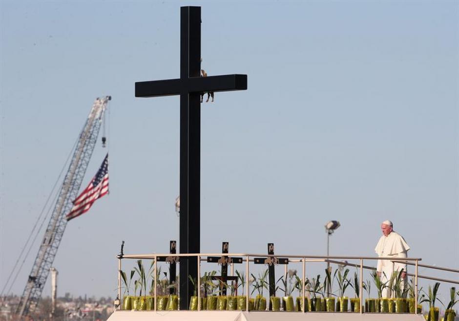 El papa Francisco realiza una corta parada cerca a la frontera entre México y Estados Unidos para saludar a fieles. (Foto: EFE)