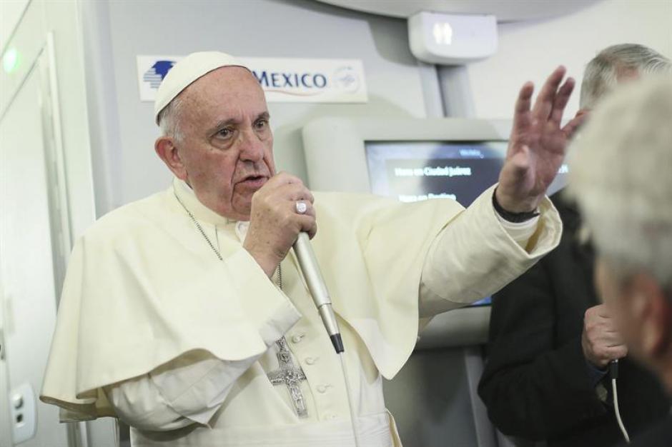 El papa Francisco se dirige a los periodistas a bordo del avión que le traslada de México a Italia. (Foto: EFE)