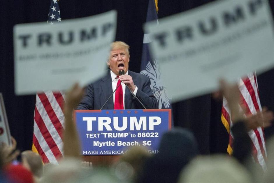 El precandidato presidencial republicano Donald Trump pronuncia un discurso durante un acto electoral. (Foto: EFE)