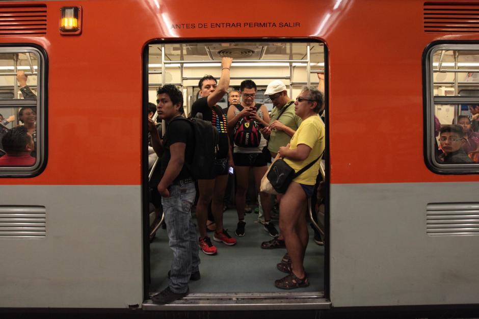 En esta ocasión se pudo observar personas de diferentes edades mezclándose entre las personas que se trasladaban en el transporte público en Ciudad de México.  (Foto: EFE/ Sáshenka Gutiérrez)