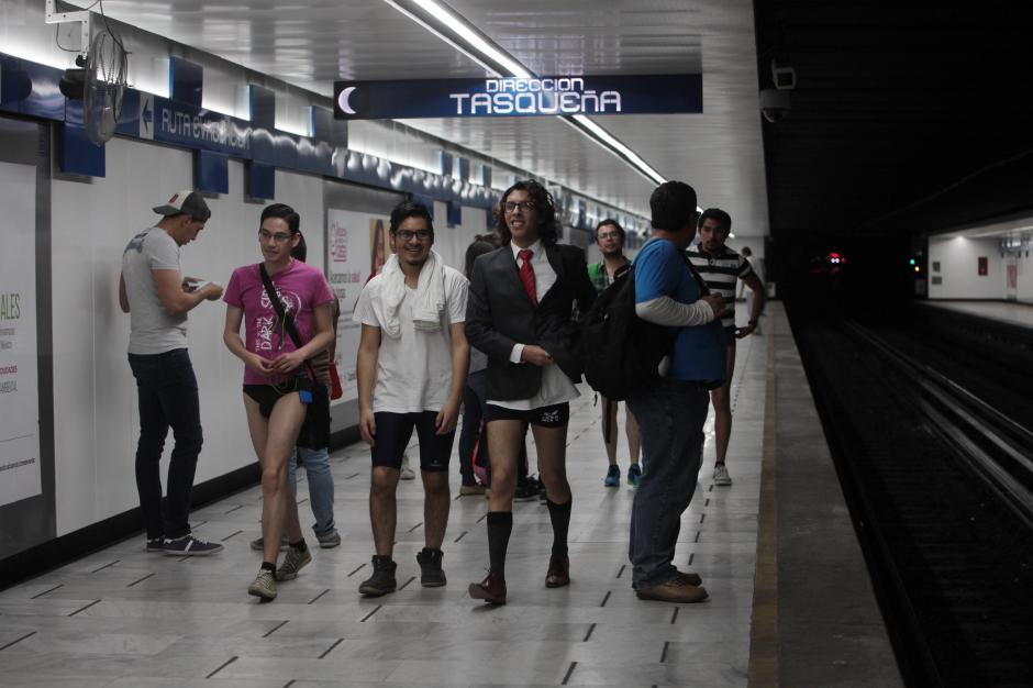 Desde diversos puntos de la Ciudad de México, mujeres y hombres acudieron al llamado para guardar los pantalones o faldas y durante unos minutos trasladarse sin pantalones. (Foto: EFE/Sáshenka Gutiérrez)
