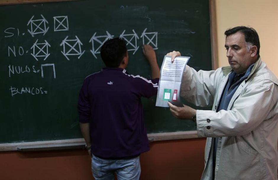 Los jurados electorales fueron parte fundamental del proceso del referendo en Ecuador. (Foto: EFE)