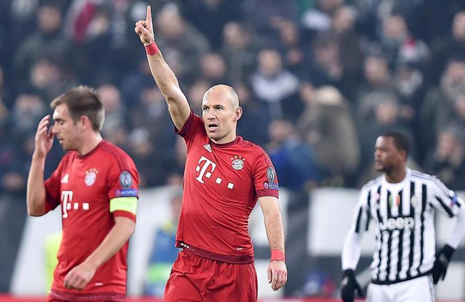 Arjen Robben levanta la mano en señal de aprobación. (Foto: EFE)