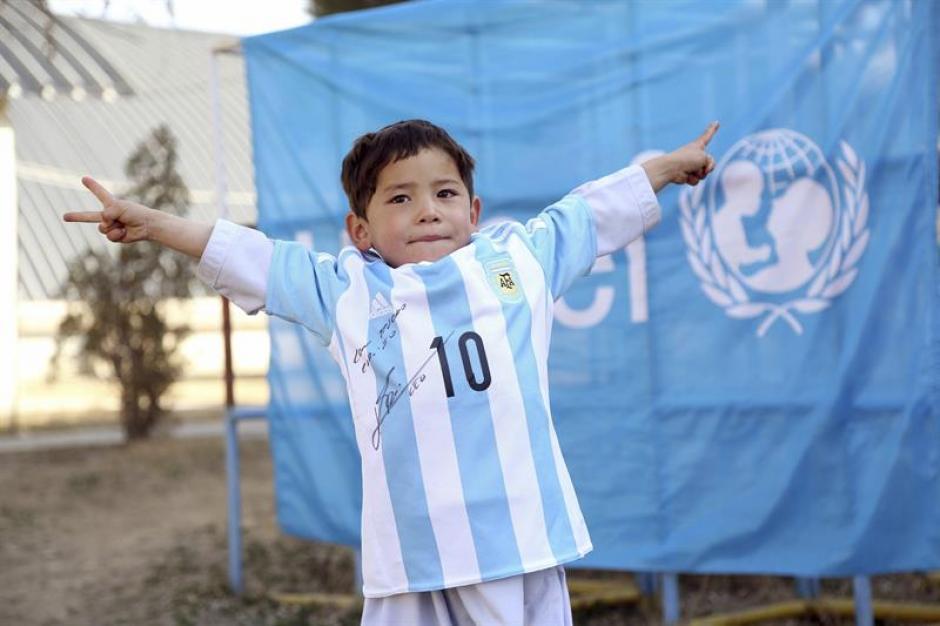 El pequeño Murtaza, de 5 años, luce la camiseta enviada por Messi. (Foto: EFE)