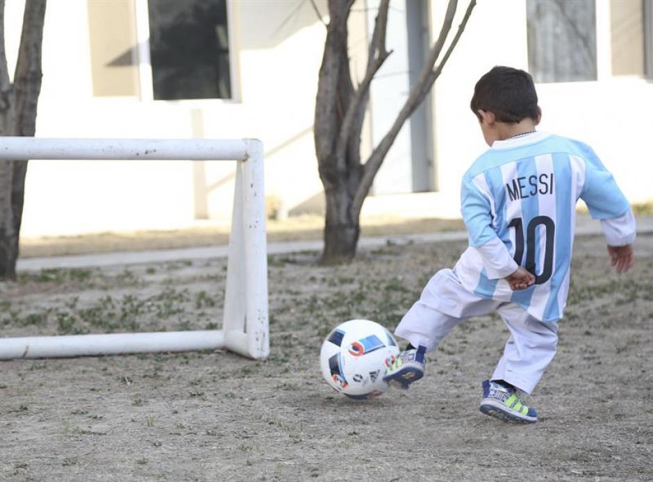 El niño conmovió a las redes sociales al fabricar su propia camiseta de su ídolo con una bolsa plástica. (Foto: EFE)