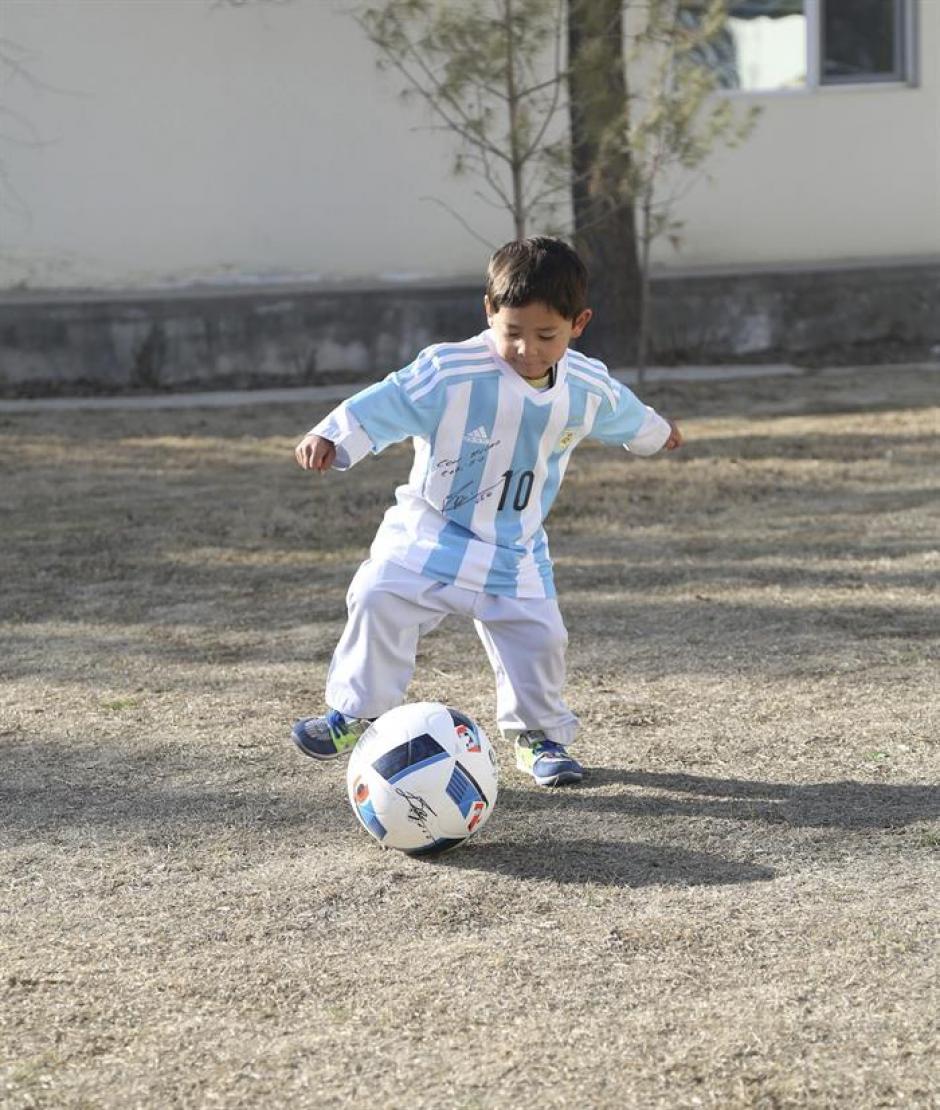 El pequeño Murtaza es un gran aficionado al fútbol. (Foto: EFE)