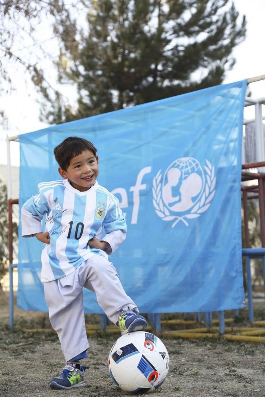 Unicef facilitó que Murtaza pudiera recibir el anhelado regalo de Messi. (Foto:EFE)