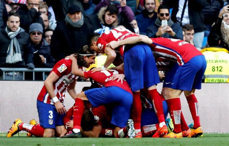 El Atlético celebró en medio del Bernabéu que los vio enmudecido. (Foto: EFE)