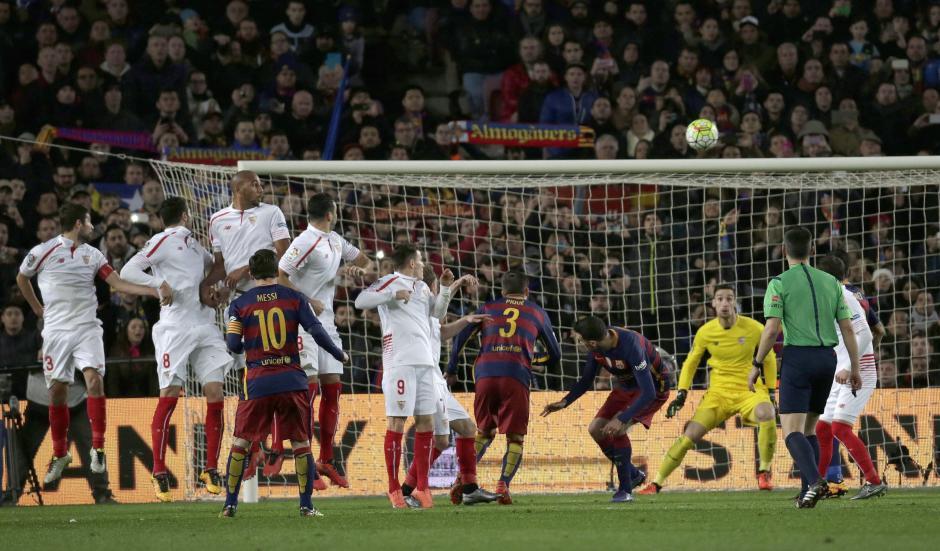De tiro libre Messi anotó otro golazo. Nada que hacer para el portero. (Foto: EFE)