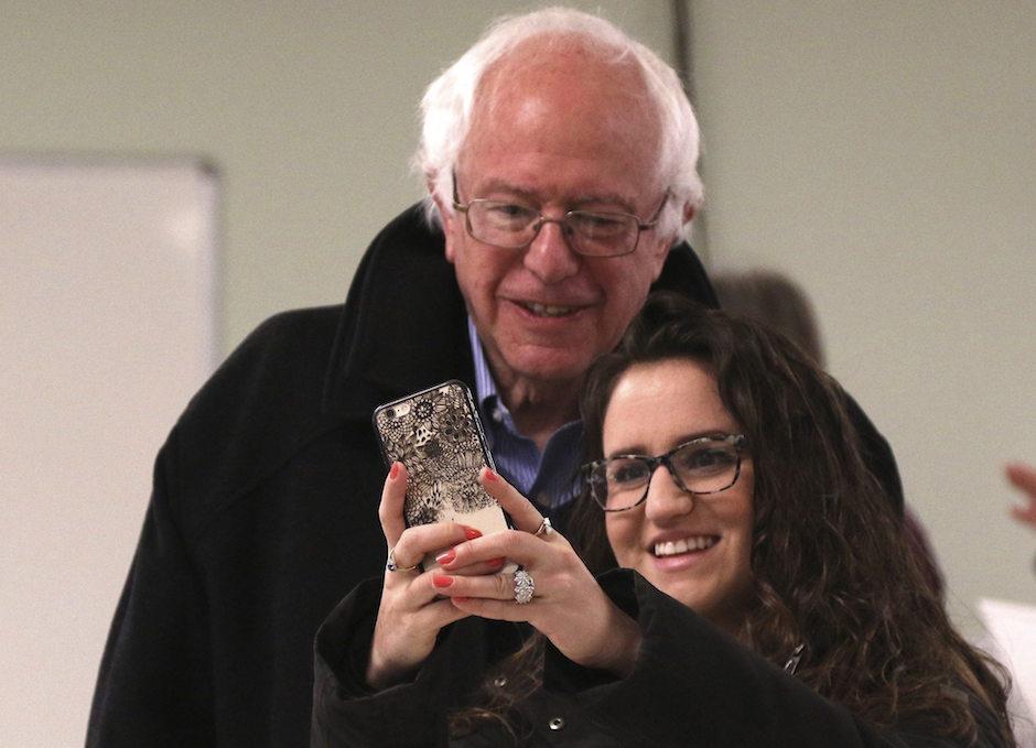 El precandidato demócrata a la Casa Blanca y senador de Vermont, Bernie Sanders, posa para un selfi con una joven tras votar en un centro electoral en Burlington, Vermont, EE.UU. (Foto: EFE)