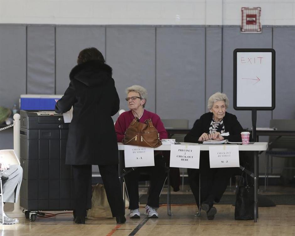 Las votaciones se desarrollan con una afluencia constante de votantes. (Foto EFE)