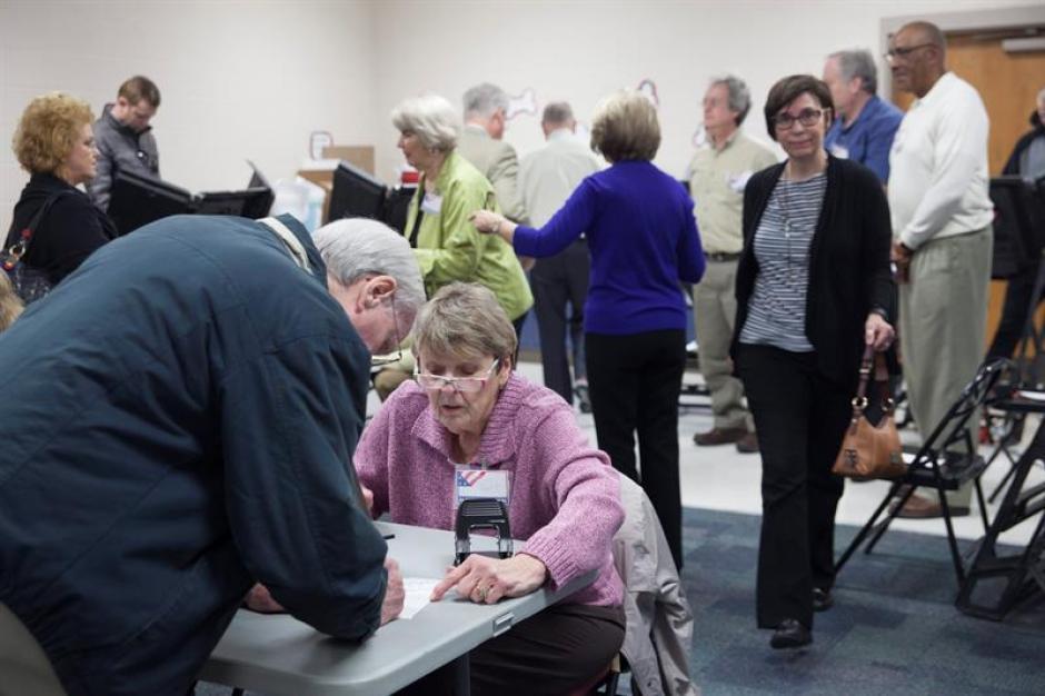 Varias personas acuden a votar a un colegio electoral en Nashville, Tennessee, Estados Unidos. (Foto: Efe)