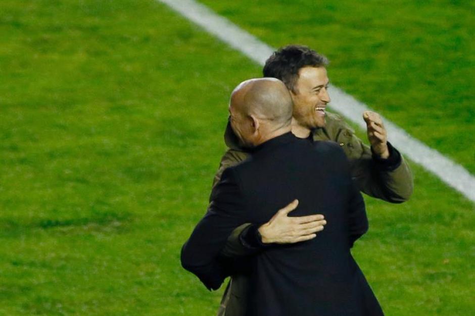 Antes del inicio del juego también se dieron abrazos entre Paco Jémez y Luis Enrique. (Foto: EFE)