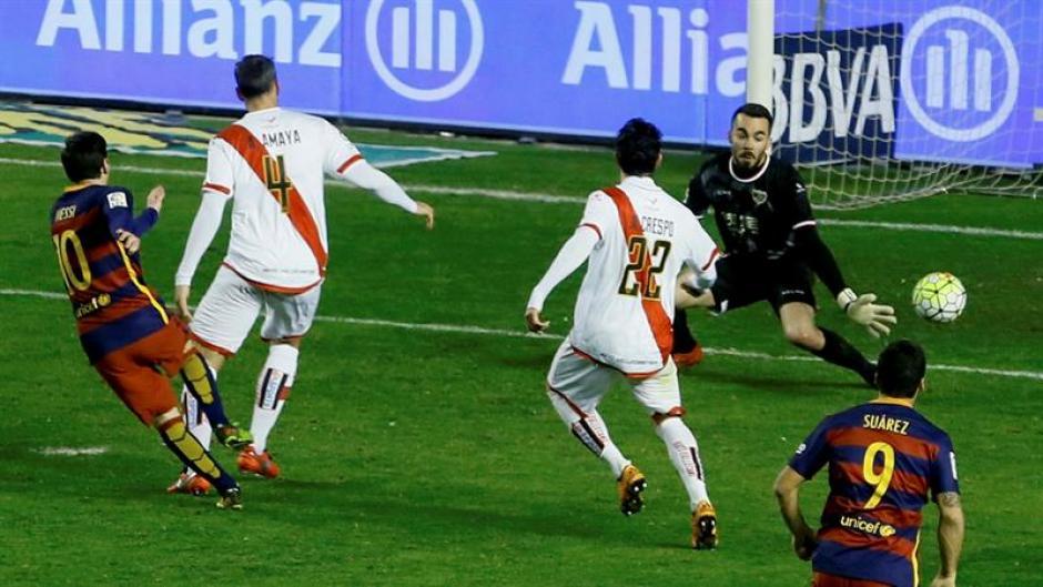 Messi supera al meta de Rayo en el triunfo culé. (Foto: EFE)