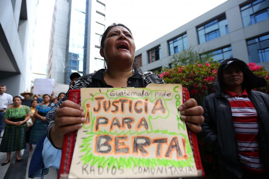 Una mujer sostiene un cartel con el que exige justicia por el asesinato de la dirigente indígena hondureña. (Foto: EFE)