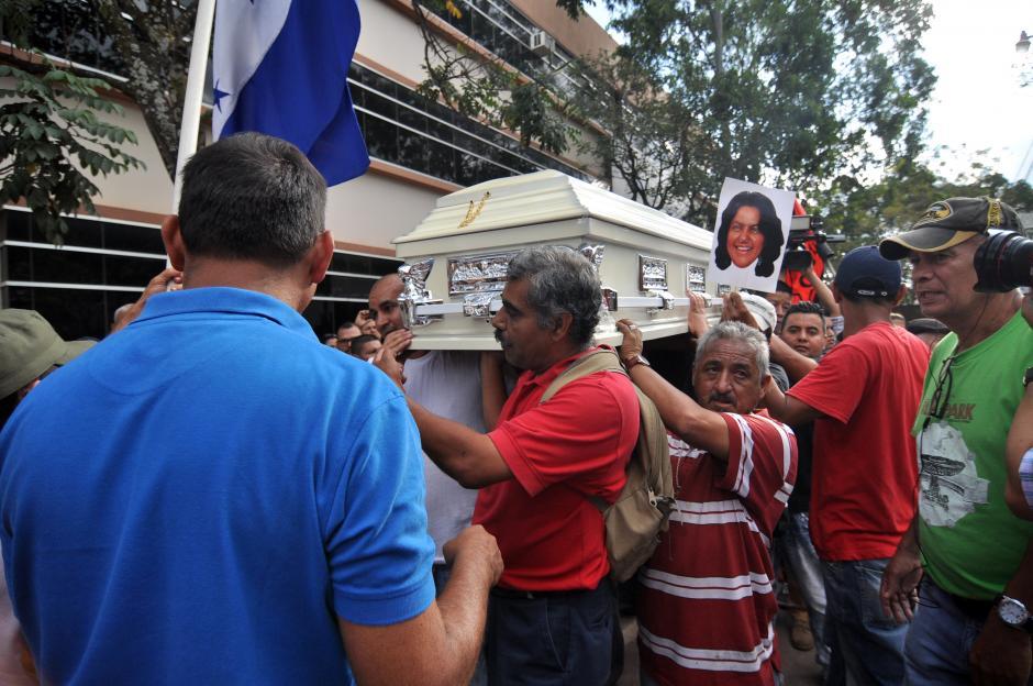 Un grupo de personas carga el féretro de la dirigente indígena Berta Cáceres después de una autopsia de cinco horas. (Foto: EFE)