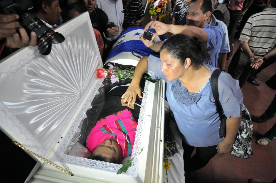 Un grupo de personas rodea el féretro de la líder hondureña. (Foto: EFE)