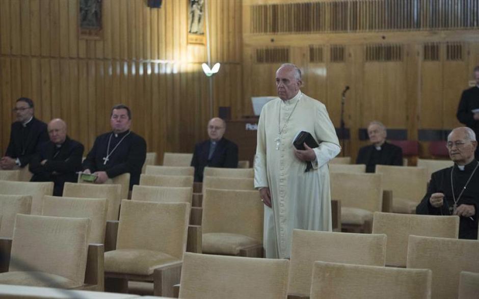 El papa Francisco durante la primera jornada de los seis días de ejercicios espirituales de Cuaresma. (Foto: EFE)