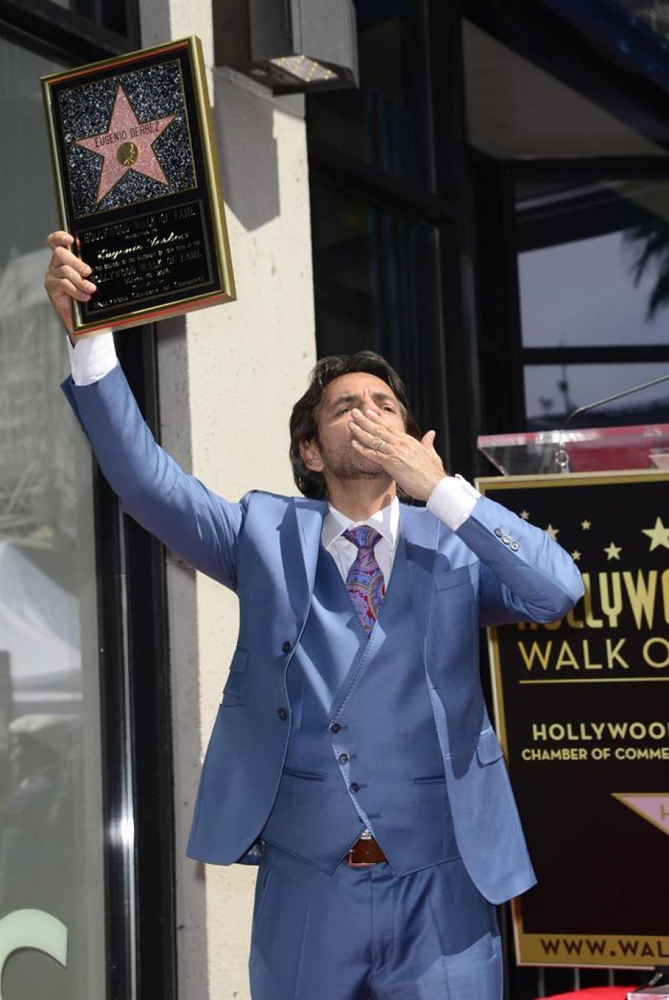 Con traje azul claro y muy sonriente en todo momento, el actor lanzó besos al numeroso público. (Foto:EFE)