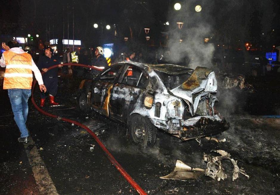 La explosión fue provocada por un carro bomba. (Foto: EFE)