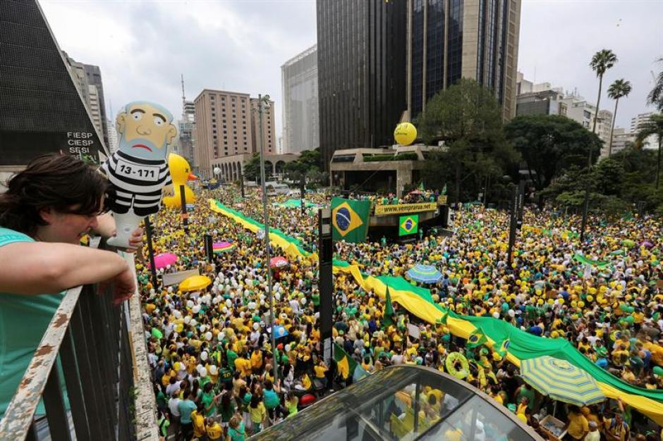 Los manifestantes se reunieron el domingo en contra de la corrupción. (Foto: EFE)