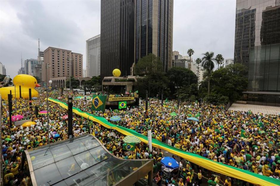 Los manifestantes piden la renuncia de Dilma Rousseff. (Foto: EFE)