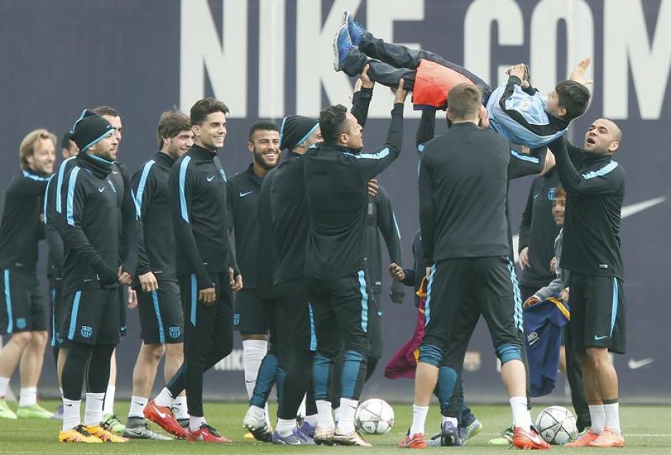 La plantilla del Barcelona se divirtió con los pequeños invasores. (Foto: EFE)