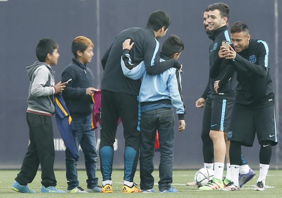 Neymar fue el fotógrafo de uno de los niños. (Foto: EFE)