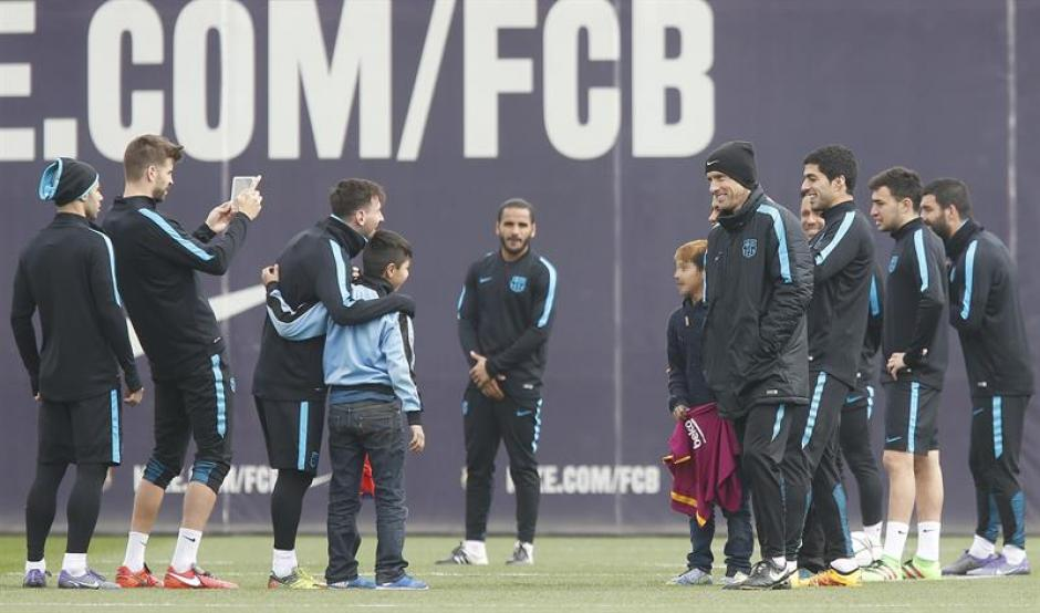 Los niños aprovecharon para tomarse fotos con sus ídolos. (Foto: EFE)