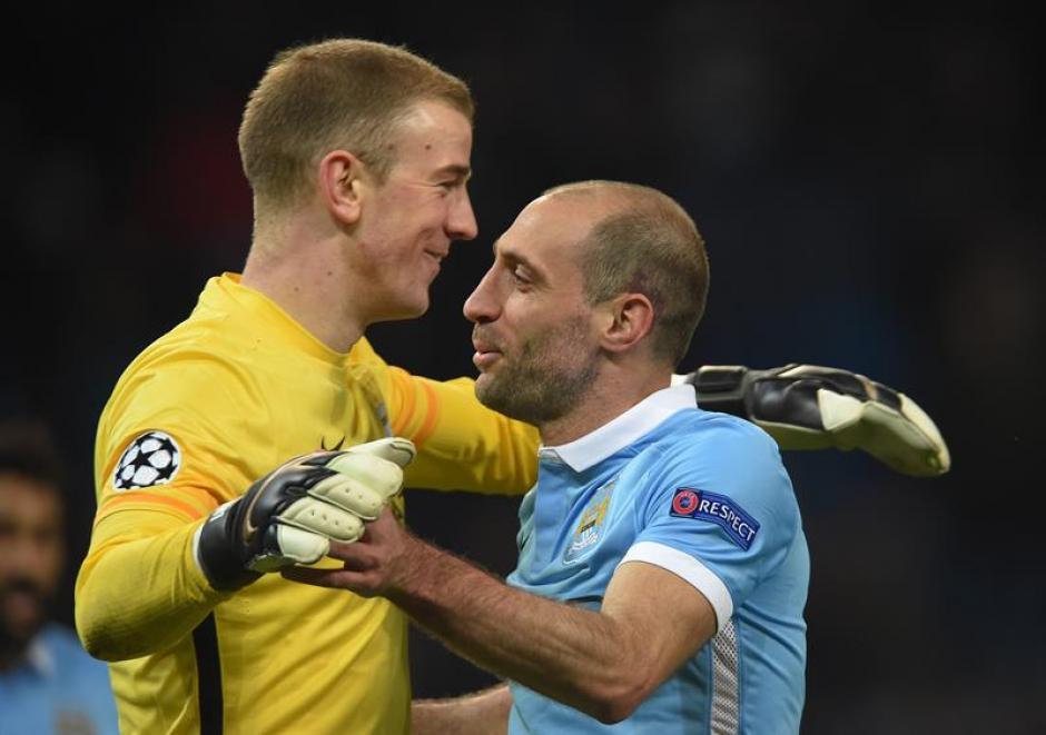 Joe Hart (amarillo) y Pablo Zabaleta del Manchester City celebran. (Foto: EFE)