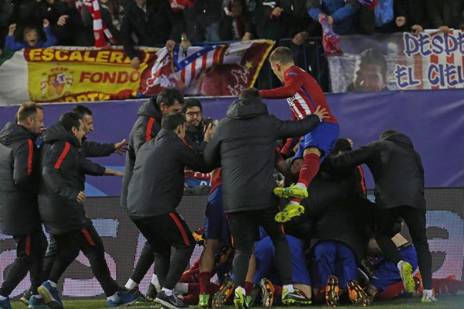 Jugadores del Atlético de Madrid celebran la victoria sobre el PSV. (Foto: EFE)