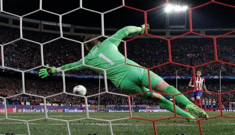 El jugador del Atlético Filipe Luis, marca en la tanda de penaltis. (Foto: EFE)
