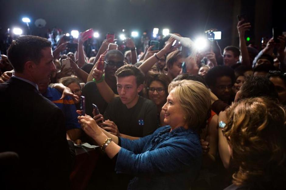 La ex secretaria de Estado de EE.UU. Hillary Clinton saluda a sus seguidores. (Foto: EFE)