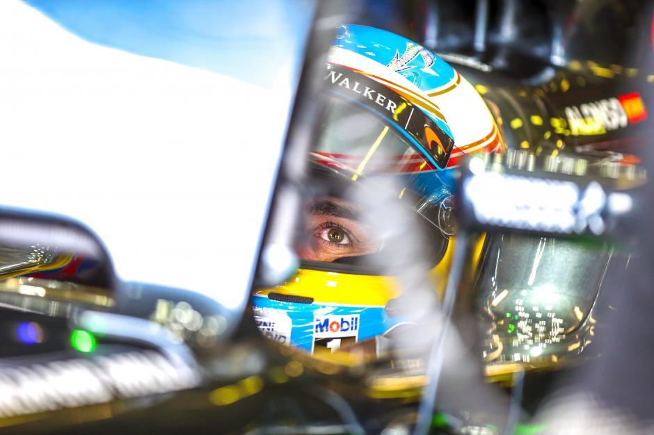 Fernando Alonso concentrado previo al comienzo de la carrera. (Foto: EFE)
