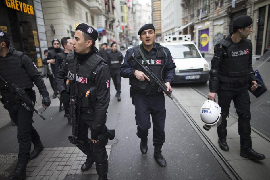 Fuerzas de seguridad vigilan el área del centro de la capital turca. (Foto: EFE)
