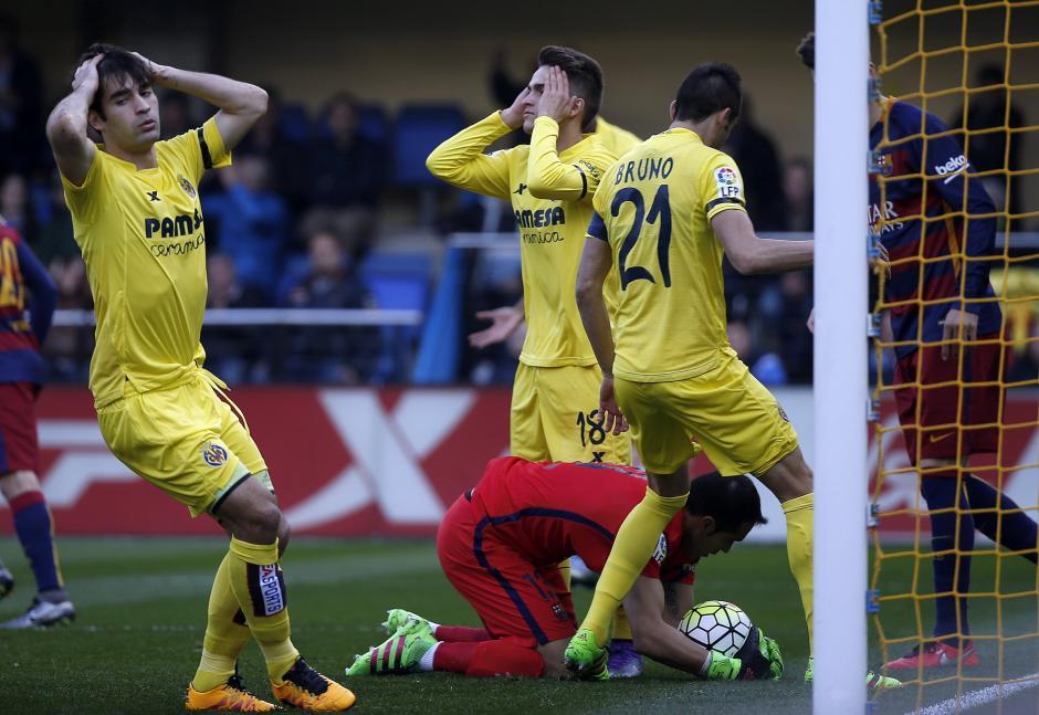 Los centrocampistas del Villarreal se lamentan por no aprovechar una jugada de gol. (Foto: EFE/Kai Försterling)