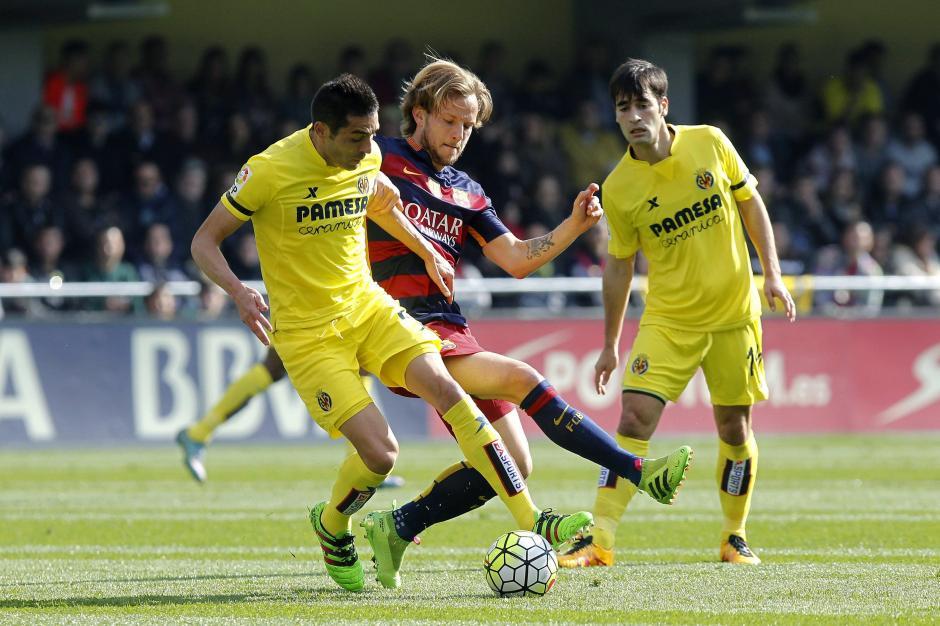 El centrocampista croata del FC Barcelona Ivan Rakitic (c) disputa un balón con el centrocampista del Villarreal Bruno Soriano. (Foto: EFE/Domenech Castelló)