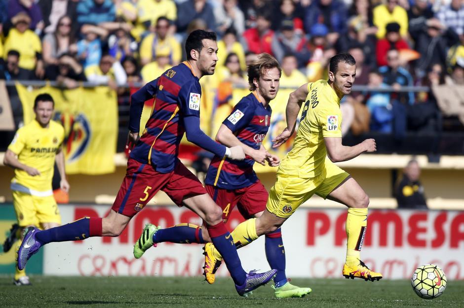 El delantero del Villarreal Roberto Soldado (d) disputa el balón con los centrocampistas del FC Barcelona, el croata Ivan Rakitic  y Sergio Busquets del Barcelona. (Foto: EFE/Kai Försterling)