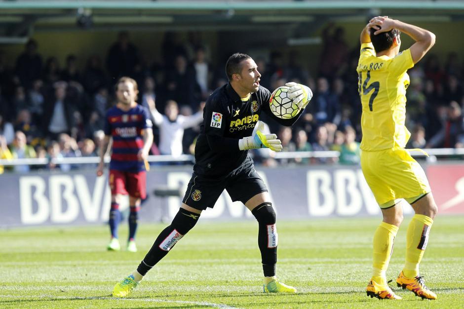 El portero del Villarreal Sergio Asenjo protesta tras el gol del delantero brasileiño del FC Barcelona Neymar Jr